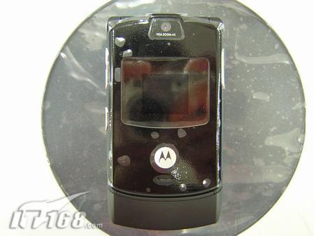 经典超薄刀锋摩托罗拉V3手机跌至2050元