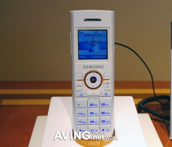 简便是美三星展示纯白色WiFi手机W6100