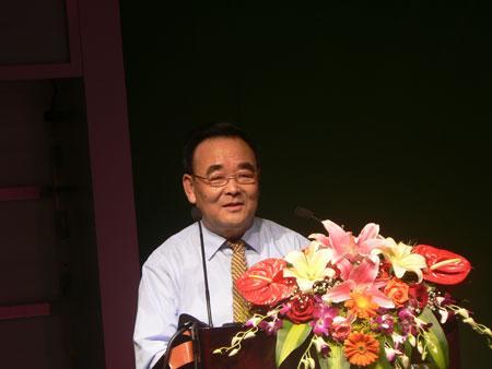图文:中国软件协会秘书长胡昆山上台致词