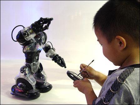 """遥控机器人!科博会联想手机""""快乐共享""""体验"""