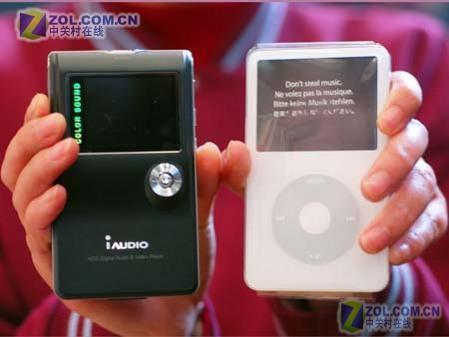男生拿着最帅8款大容量硬盘MP3选购