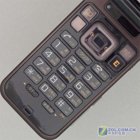 图为索尼爱立信公司的翻盖手机W43S-变脸之王 索爱靓屏翻盖新机W