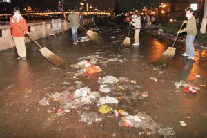 广州年轻人网上相约做义工清扫晚会垃圾(图)