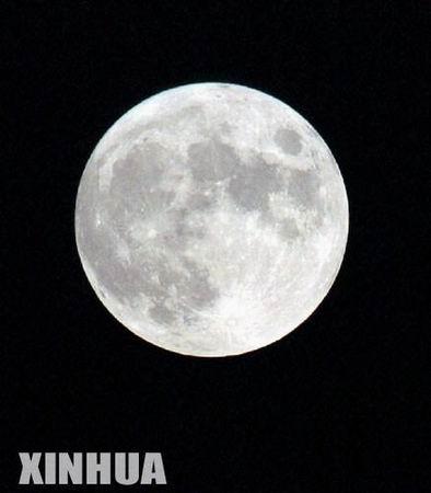 组图:罕见的天文现象--十五的月亮十五圆