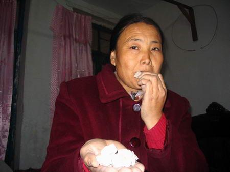 科技时代_农妇一天要吃1斤石头 称石头比蛋糕还香(图)