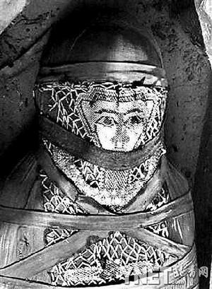 科技时代_2500年前木乃伊胸前仍有保存完好珠子