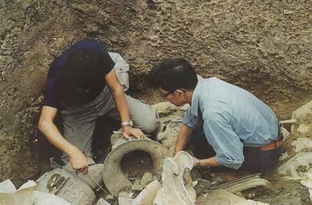 科技时代_资料图片:三星堆发掘现场――清理铜尊