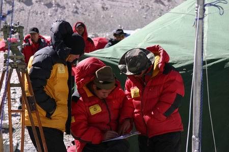 科技时代_珠峰测量顶风冒雪加快进度 紧张中度过五一