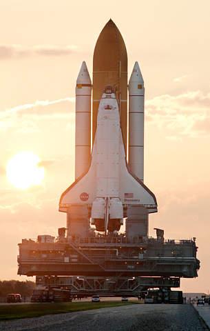 图文:发现号在太阳升起的时候被运往发射区