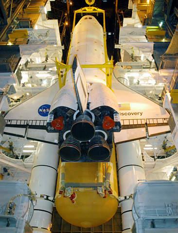 图文:发现号航天飞机被吊起安装新的燃料箱
