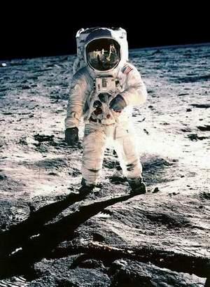 朗是人类历史上第一个登上月球的人-登月第一人阿姆斯特朗终于同意