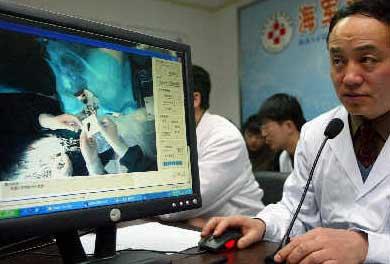 科技时代_医生千里之外遥控机器人做脑科手术(图)