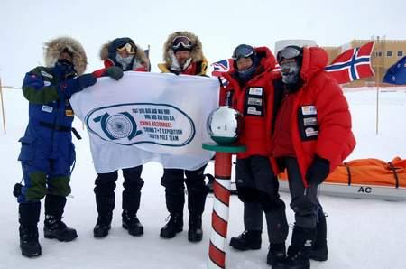 科技时代_组图:南极探险队风雪中前行和帐篷外的风景