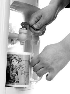 科技时代_权威专家质疑饮水机有毒论 定期清洗最重要