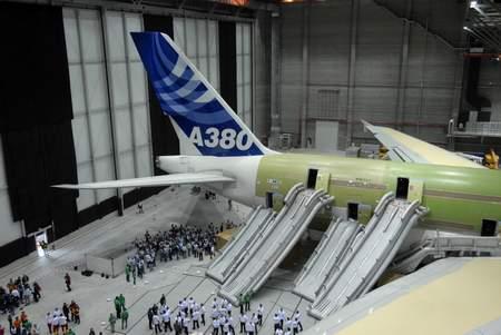 科技时代_空客A380飞机乘客疏散测试成功通过官方认证