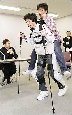 科技时代_机器人服装帮助日本残疾人实现登山梦想(图)