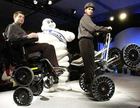 科技时代_美国发明坦克轮椅让残疾人行动自如(组图)