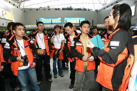 科技时代_图文:珠峰大行动志愿者出发前领队交代事宜