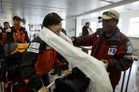 科技时代_组图:2006珠峰大行动志愿者走出机场