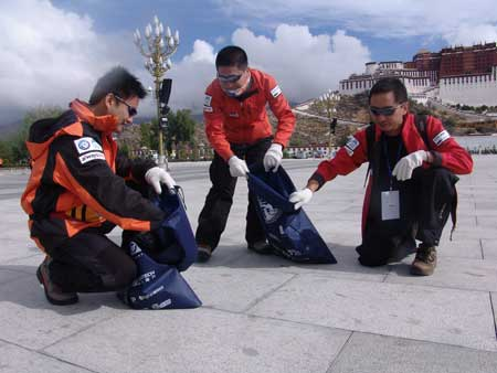 科技时代_2006珠峰大行动志愿者清扫布达拉宫广场(图)