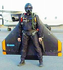科技时代_德科学家发明可固定于人身体的隐形翅膀(图)