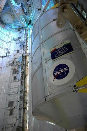 科技时代_组图:工作人员向发现号货舱转运空间站服务舱