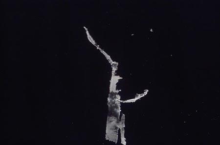 科技时代_图文:宇航员拍到来自发现号主引擎的碎冰