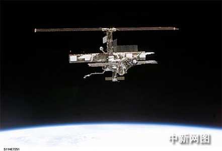 科技时代_图文:美国发现号与国际空间站太空对接