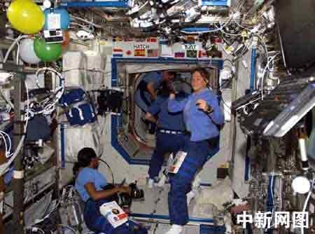 科技时代_图文:美国发现号宇航员享受太空假日