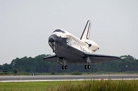 科技时代_组图:发现号航天飞机即将着陆前瞬间