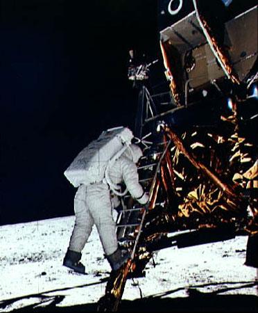 科技时代_英纪录片披露美首位登月者曾在月球看见UFO