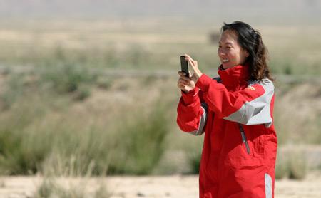 科技时代_图文:旅途中王军霞使用铂锐手机拍照