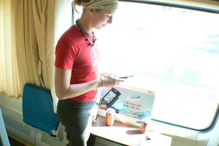 科技时代_超越之旅体验组照片:德国女孩把玩三星手机