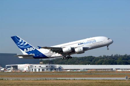 科技时代_空中客车A380进行首次载客远程飞行(组图)