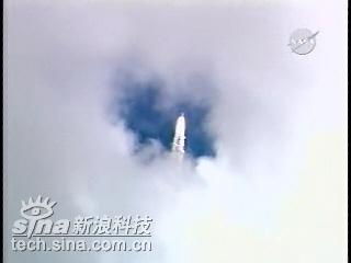 科技时代_组图:亚特兰蒂斯号航天飞机穿过云层