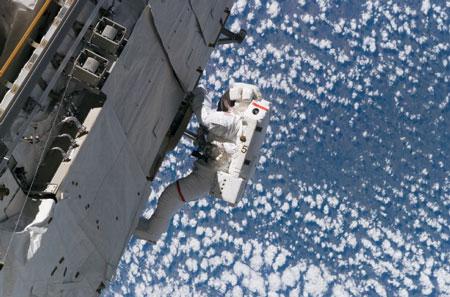 科技时代_阿特兰蒂斯号机组完成升空后首次太空行走(图)