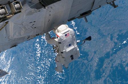 科技时代_组图:亚特兰蒂斯号机组完成首次太空行走