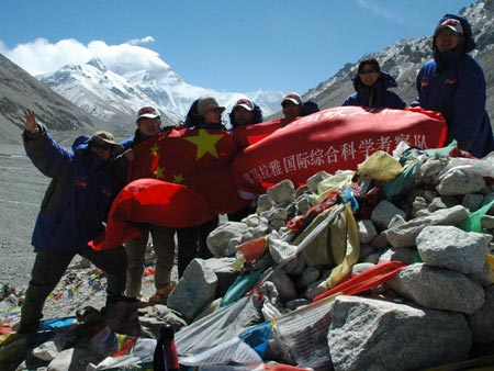 科技时代_图文:科考队员在珠峰大本营合影