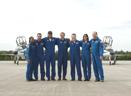 科技时代_发现号宇航员抵达肯尼迪航天中心(图)