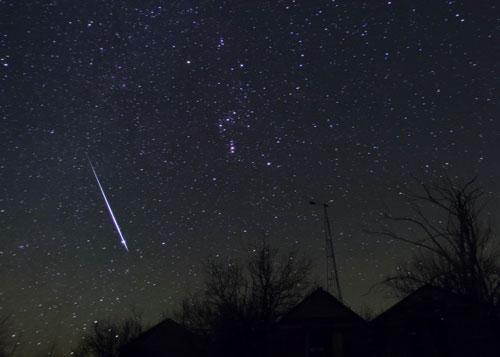 科技时代_图文:2004年加拿大拍摄的双子座流星