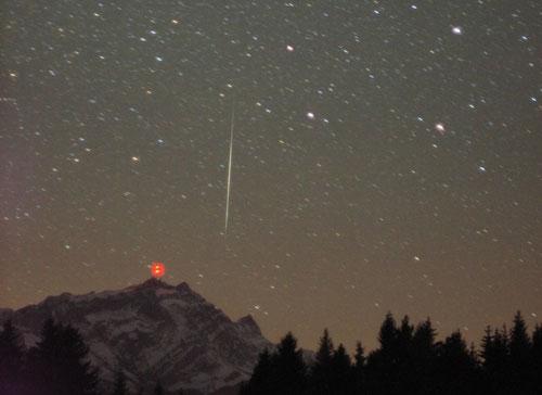 科技时代_图文:2004年瑞士拍摄的双子座流星