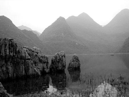 科技时代_广西山谷骤现400亩湖泊 8年后突然干涸(图)