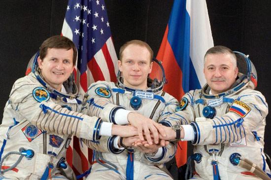 科技时代_图文:西蒙尼与两位俄宇航员合影