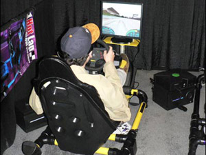 科技时代_05年DL大展回顾:正在试玩游戏的参观者