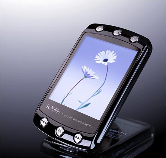 实机对比2寸和2.2寸屏幕MP3真机比拼