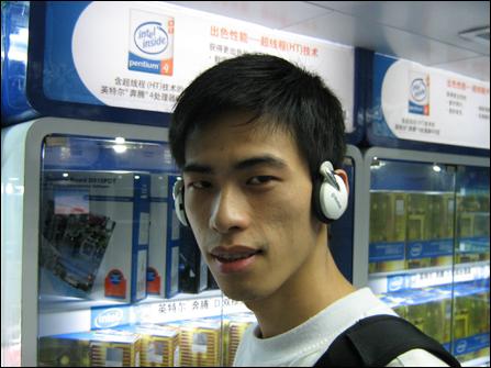 耳边的前卫科技蓝雅超酷蓝牙耳机到