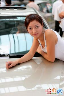 靓女拍名车最适合拍摄车展的卡片相机