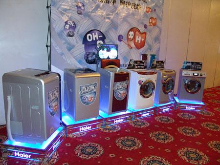 科技时代_图为:海尔洗衣机现场演示