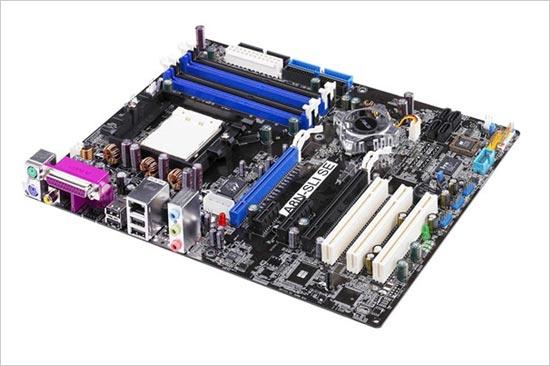 ??做工方面,这款华硕A8N-SLI SE采用黑色PCB板,ATX规格,做工出色,布线清晰。电源部分采用了三相供电回路设计,搭配高品质固体聚合物电容,为超频提供了良好的保障。该主板配备了4根内存插槽,最高支持4GB双通道DDR 400内存。内存插槽分别采用了蓝黑双色设计,不同颜色搭配可组成双通道。显卡接口方面,这款主板拥有2条PCI-E X16插槽,可组建X8+X8 SLi双显卡模式;另外还提供1个PCI-E X1、1个PCI-E X4和3个PCI插槽。最大支持4个SATA2技术接口,同时带有2个IDE