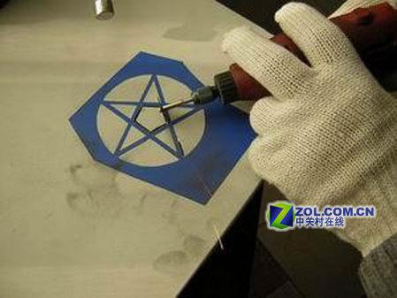 经小心切割后一个五角星图案雏形就出来了(图4).